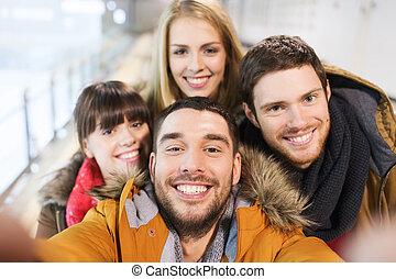 feliz, amigos, toma, selfie, en, patinaje, Pista,