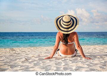 Girl walking along a tropical beach in the Maldives. - Beach...