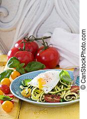 abobrinha, noodles, com, tomates, e, ovo,