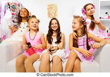 sentarse,  sofá, niñas, pelo-bigudi'es, blanco, feliz