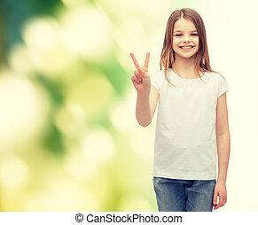 pequeno, menina, em, branca, T-shirt, mostrando, paz, gesto,...