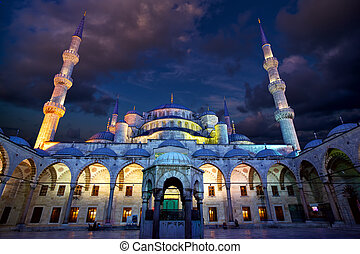Blue Mosque ( Sultanahmet Camii ) at dusk, Istanbul, Turkey