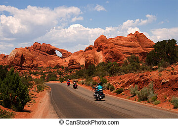 Vacation Travel Arches NP - Summer vacation travelers tour...