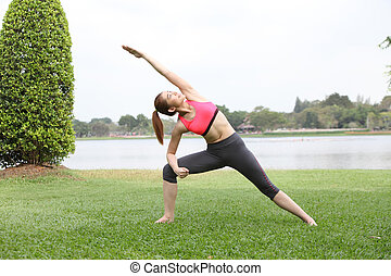 lindo, joven, mujer, hacer, físico, ejercicios, en, césped,
