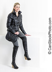 Llevando, mujer, botas, plataforma, negro, bolso