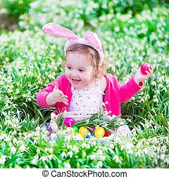 pequeno, menina, ligado, Páscoa, ovo, caça,