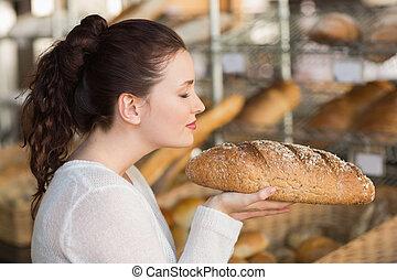 bonito, morena, cheirando, pão, de, pão,