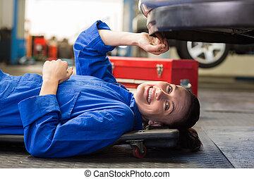 coche, acostado, mecánico, trabajando, debajo