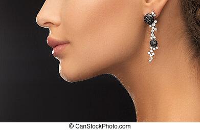mujer, Llevando, brillante, diamante, pendientes,