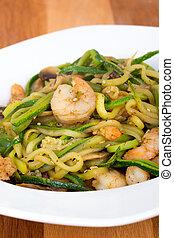 camarão, com, abobrinha, noodles, stir-f,