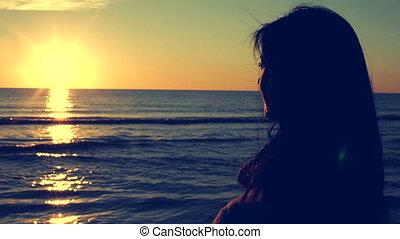 Retro style of woman watching sunse - Closeup of woman...