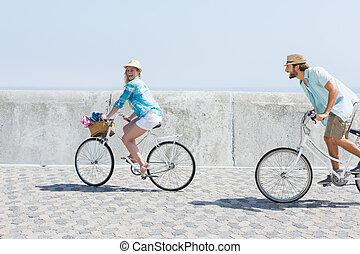 lindo, pareja, en, Un, bicicleta, paseo,