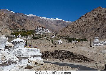 blanco, Pagodas, con, azul, cielo, , en, Leh, -, Ladakh,...