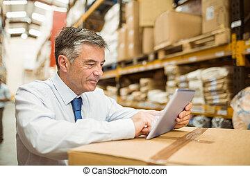almacén, director, trabajando, en, tableta, PC,