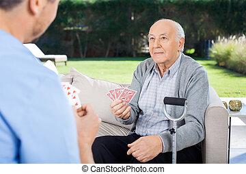 macho, vigilante, y, 3º edad, hombre, juego, tarjetas,
