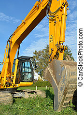 Excavator during excavation work - Bagger beginnt...