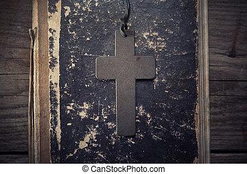 Primer plano, de, de madera, cristiano, cruz, en, biblia,