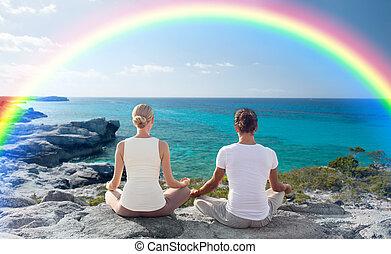 feliz, pareja, meditar, en, loto, postura, en, playa,