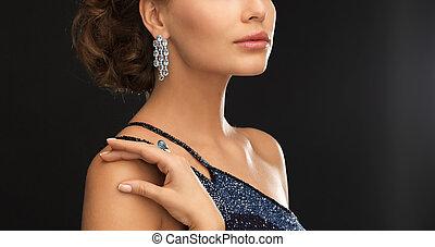 mujer, con, diamante, pendientes,