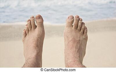 feet on beach - Pair of man\'s feet on the beach