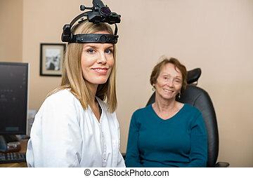 Confiado, hembra, optometrista, con, 3º edad, paciente,...