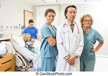 exitoso, médico, equipo, con, recién nacido,...