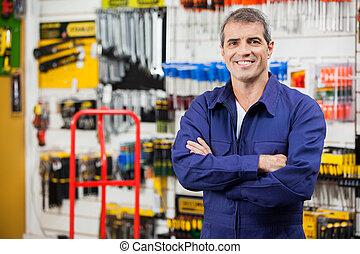 trabajador, con, brazos, cruzado, en, hardware, Tienda,