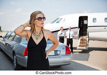 rico, mujer, en, elegante, Vestido, en, terminal,