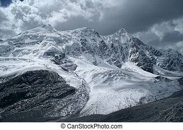 Ausangate, Andes - Scenic mountains and glacier in south...