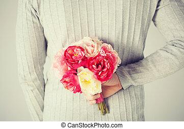 homem, escondendo, buquet, de, flores,