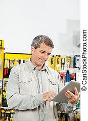 hombre, Utilizar, tableta, computadora, en, hardware,...