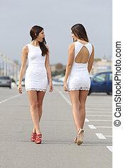 dois, mulheres, com, a, mesmo, Vestido, olhar, cada, outro,...