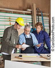 carpintero, tenencia, digital, tableta, mientras, discutir,...
