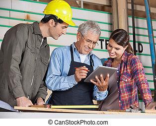 Carpinteros, Utilizar, tableta, computadora, en, taller,
