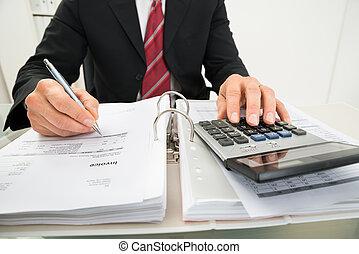 hombre de negocios, calculador, factura, en, oficina,...