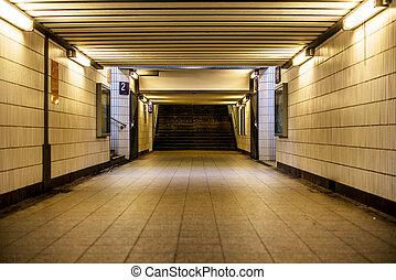 Passage - eine Fu?g?ngerunterf?hrung an einem Bahnhof einer...