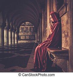 mujer, en, rojo, capa, rezando, solamente,