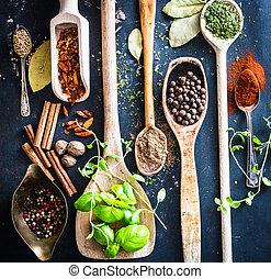 de madera, cucharas, especias, hierbas