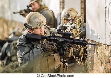 soldados, com, rifles, patrulhando, durante, guerra,