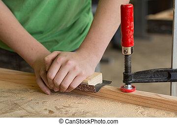 Carpenter grinds by hand - Schreiner schleift haendisch...