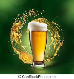cerveza, en, vidrio, con, salpicadura, en, verde, Plano de...