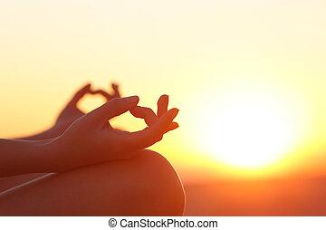 mujer, Manos, ejercitar, yoga, en, ocaso,