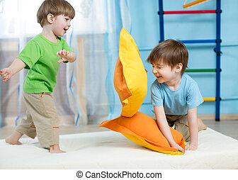niños, juego, con, almohadas,