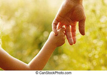 padre, asideros, el, mano, de, Un, pequeño,...