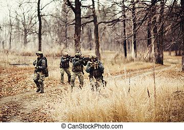 soldados, com, armas, ligado, a, campo,