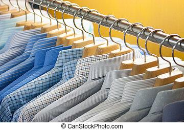 colorido, camisa, en, perchas,