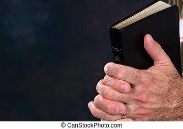 orando, mãos, com, bíblia