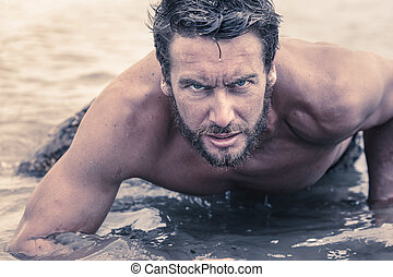przystojny, Shirtless, armia, Pełzając, Na, morze, woda,
