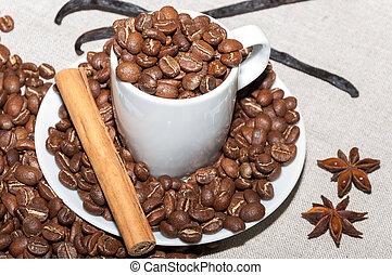 Granos de cafe y vainilla - Plato con granos de cafe,...