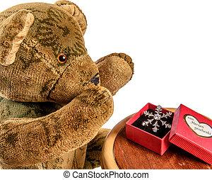 Teddy-Bär freut sich über Geschenk